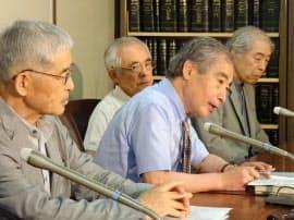小田急線騒音訴訟で和解が成立し、記者会見する原告弁護団の斎藤驍団長(右から2人目)ら(31日、東京・霞が関)=共同