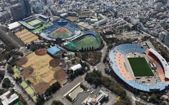改修の後、2020年の東京五輪会場となる国立競技場(右)や周辺の施設