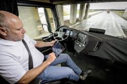 運転席が回転し、受発注などができる「職場」に様変わり(独東部マクデブルク郊外)