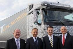 自動運転トラックとダイムラーのベルンハルト取締役(右から2人目)ら幹部(独東部マクデブルク郊外)