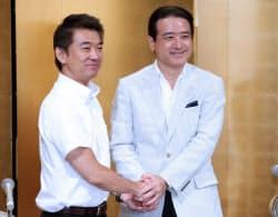 基本政策で合意し、握手する日本維新の会の橋下代表(左)と結いの党の江田代表(3日午後、名古屋市中村区)