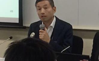 記者会見する楽天の山田善久副社長(4日、品川区)