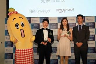 テレビ東京のキャラクター「ナナナ」(左)はLINEと連動しスタンプを配信(ソーシャルテレビ・アワード2014贈賞式で)=日経デジタルマーケティング提供
