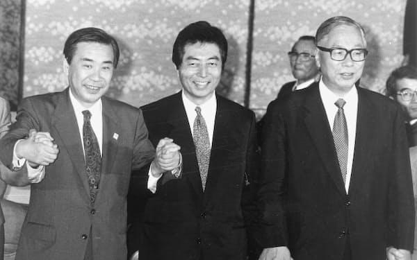 非自民7党党首会談を前に手をつなぐ党首ら。左から新生党の羽田孜党首、日本新党の細川護熙代表、新党さきがけの武村正義代表(1993年7月、都内のホテル)