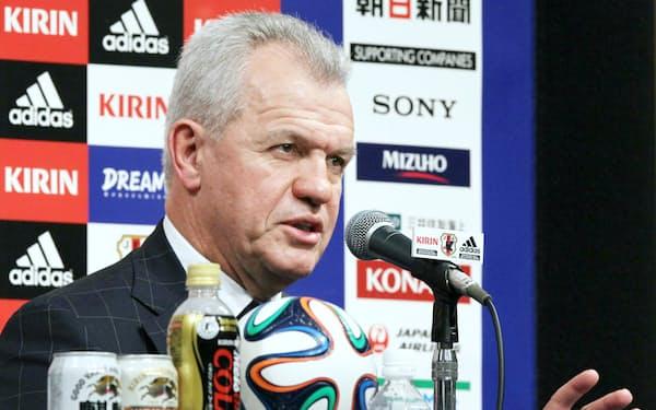 就任会見でアギーレ新監督は日本代表選手たちに「国を背負って戦う責任感」を求めた