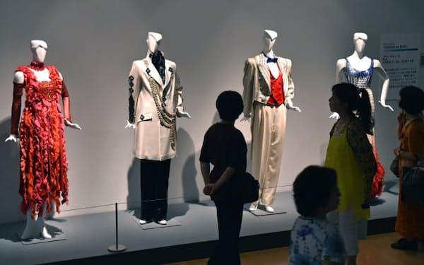兵庫県立美術館で展示されている高田賢三らがデザインした舞台衣装(神戸市中央区)