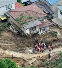 救出活動が続く広島市安佐南区の土砂崩れ現場(20日午前9時3分)=共同