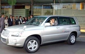 2002年12月に首相官邸で開かれた燃料電池車の納車式。当時の小泉純一郎首相が試乗した