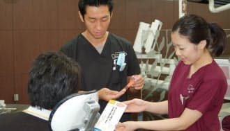 親知らずを抜歯する患者に歯髄細胞バンクを説明する(東京都中野区のエムズ歯科クリニック)