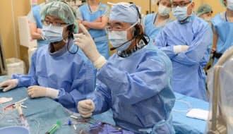 手術風景を他病院の医師らに公開する倉敷中央病院の光藤和明副院長(手前)=岡山県倉敷市