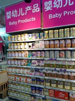 中国の粉ミルク市場は拡大が見込まれる(上海市内のスーパー)