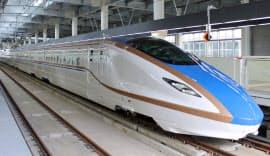 金沢駅のホームに入線した北陸新幹線の営業運転用車両「W7系」