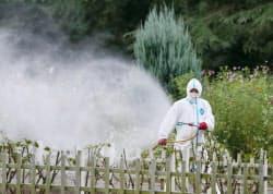 蚊を駆除するため、代々木公園で行われた殺虫剤の散布(28日、東京都渋谷区)