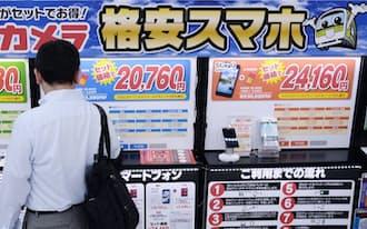格安スマートフォンが並ぶ家電量販店の売り場