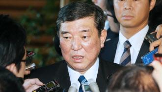 8月29日、安倍首相との会談を終え、記者の質問に答える自民党の石破幹事長