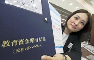 信託銀行では教育資金贈与の取扱件数が増えている(三井住友信託銀行本店)=共同
