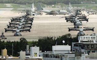 民家と隣接する米軍普天間基地(2013年撮影)