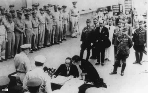 米戦艦ミズーリ号上で降伏文書に調印する重光全権(1945年9月2日)=共同