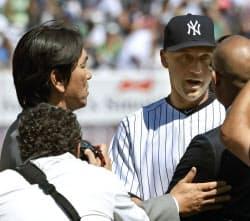 ヤンキースのジーター(右)の引退式典で、言葉を交わす松井秀喜氏(7日、ニューヨーク)=共同