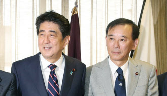 3日午前、自民党の新役員が決まり握手する安倍首相と谷垣幹事長(自民党本部)