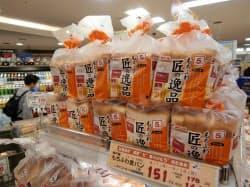 5枚切りが並ぶスーパーの売り場(大阪市)