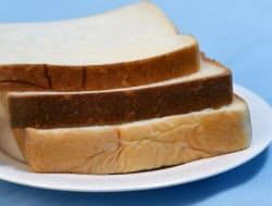 厚さが違う(上から)8枚切り、6枚切り、5枚切りの食パン