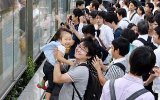 司法試験の合格発表を見る受験者ら(9日午後、法務省前)