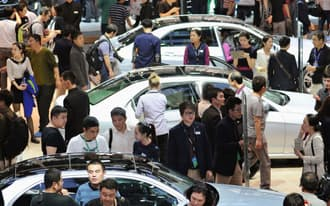 多くの人でにぎわう北京国際モーターショーの会場=4月、北京(共同)