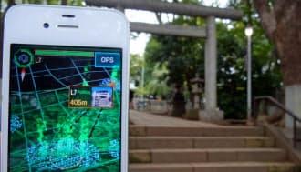 神社・仏閣や観光スポットなどにある仮想の拠点「ポータル」を探し、奪い合うことで自陣を広げる(東京・目黒の碑文谷八幡宮で)