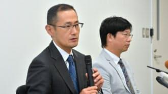iPS細胞を使った手術の実施を受け、記者会見する京都大学の山中伸弥教授(左、9月12日午後、京都市左京区)
