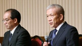 記者会見するベネッセホールディングスの原田会長兼社長(右)