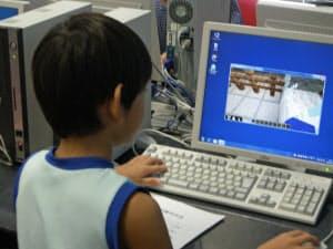小学生ら約50人が集まり、仮想の街を作り上げる