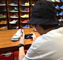 店員がスマホで自ら商品撮影し、ネット通販を担う(静岡パルコ)