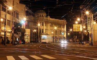夜景を彩るオレンジ色の街灯が、人影のまばらな市街地を照らす(北海道函館市)