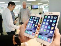 店頭に並んだ「iPhone6」(左)と「iPhone6Plus」(19日午前、東京・丸の内のドコモショップ丸の内店)