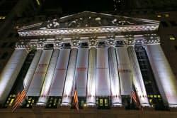 19日の上場を前に、アリババの通販サイト名などを記した垂れ幕がかかったニューヨーク証券取引所(18日、ニューヨーク)=AP