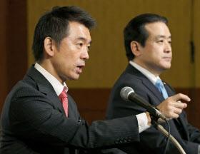 「維新の党」の結党大会後に記者会見する橋下徹(左)、江田憲司の両共同代表(21日午後、東京都内のホテル)=共同