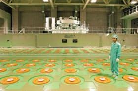 使用済み核燃料は原発メーカーにとっても大きな課題だ(写真は青森県六ケ所村に貯蔵中の高レベル放射性廃棄物ガラス固化体)=日本原燃提供