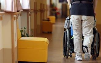 介護施設の長い廊下を進む入居者(都内)