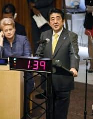 ニューヨークの国連本部で開かれた、国連気候変動サミットで演説する安倍首相(23日)=共同