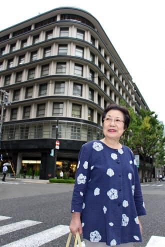 「小さい頃よく遊んだ」というガスビルの前に立つ近江さん(大阪市中央区)