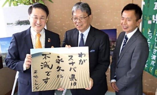 唯一のスタバ「空白県」だった鳥取県にも2015年に出店する予定。県庁で写真に収まる平井知事(左)とスターバックスコーヒージャパンの関根CEO(中)=共同