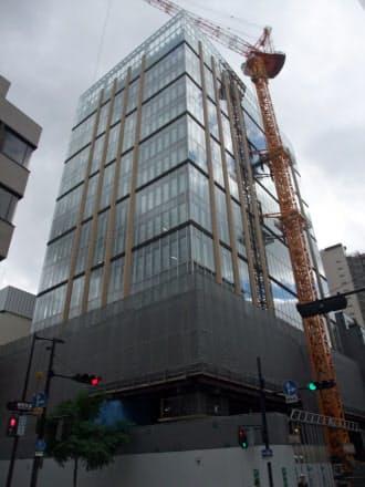 来年2月の竣工を目指し建築中の田辺三菱製薬新本社ビル(大阪市中央区)