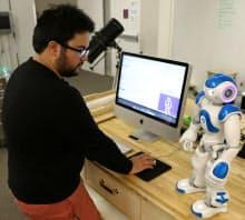ヒト型ロボットを操作するシンギュラリティ大学イノベーション・ラボのナティアン氏
