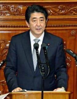 臨時国会で所信表明演説する安倍首相(29日午後)=共同