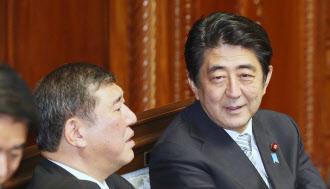 29日午前、衆院本会議に出席し石破地方創生相(左)と言葉を交わす安倍首相