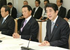 政労使会議であいさつする安倍首相(29日、首相官邸)