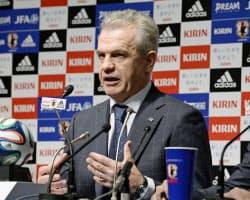 国際親善試合のメンバーを発表し、記者会見するサッカー日本代表のアギーレ監督(1日、東京都文京区)=共同