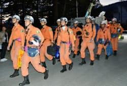 捜索活動を終え、硬い表情で引き揚げる消防隊員(1日午後6時ごろ、長野県王滝村)=共同