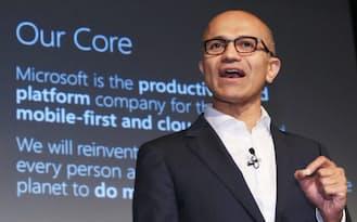日本マイクロソフトの新戦略発表会で話す米マイクロソフトのサティア・ナデラCEO(1日午後、東京都中央区)